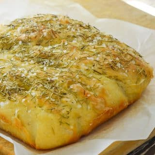 Wait! What? Focaccia you don't need to knead? Yes! This No Knead Focaccia with Rosemary & Sea Salt is virtually fool proof. As long as you are able to stir some ingredients together in a bowl & turn on the oven you can do it. And nothing, and I mean nothing, can beat the smell & taste of fresh bread straight from the oven! ♡