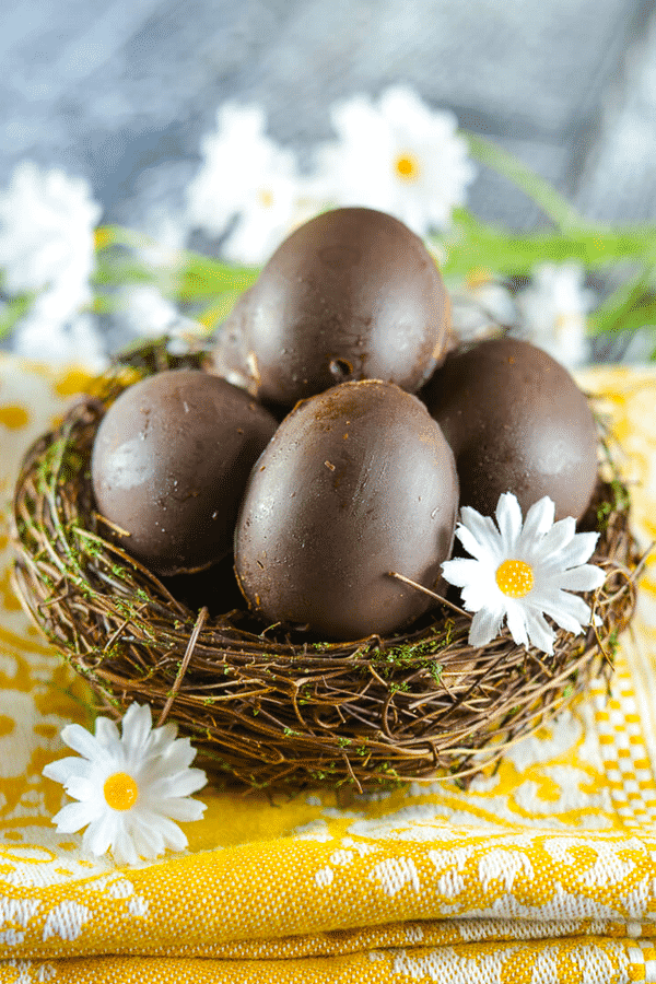 Homemade Vegan Creme Eggs with rich chocolate & a sweet, creamy fondant filling & a yellow 'yolk'. A copycat version of that oh so popular Easter treat from Cadbury minus the egg white, cow's milk, natural flavours, emulsifiers, high fructose corn syrup & artificial colours. #cremeegg #cremeeggs #vegan #easter
